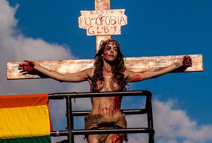 Transexual simula crucificação na Parada LGBT de São Paulo. Fonte: G1
