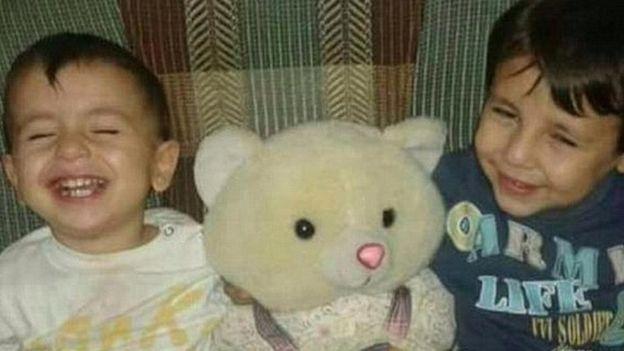 Alan (esquerda),  três anos, e seu irmão Galip, cinco anos, morreram ao tentar atravessar trecho entre a Turquia e a Grécia de barco com os pais.