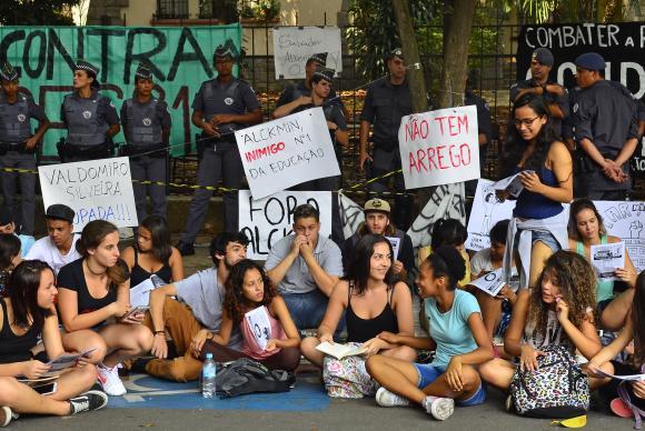 Protesto de alunos em frente à Escola Estadual Fernão Dias Paes contra a reorganização das instituições de ensino proposta pela Secretaria Estadual de Educação Rovena Rosa/Agência Brasil