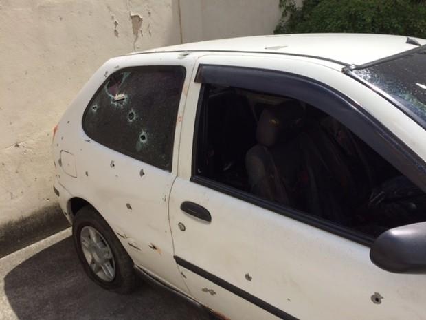 O carro em que os jovens foram estavam, alvejado por tiros. Fonte: G1